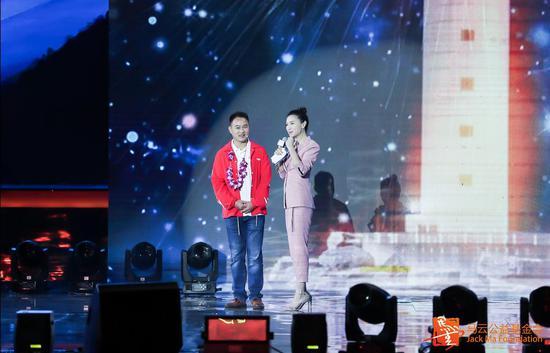 袁辉(左)在2018马云乡村教师颁奖典礼现场