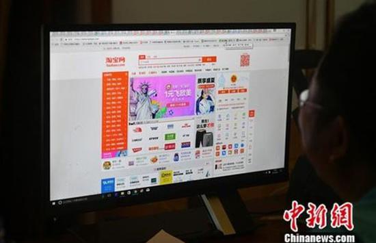 民众正在上网购物。中新社记者 吕明 摄