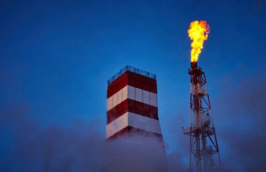 """资料图:俄罗斯""""普里拉兹洛姆纳亚""""石油钻井平台。"""