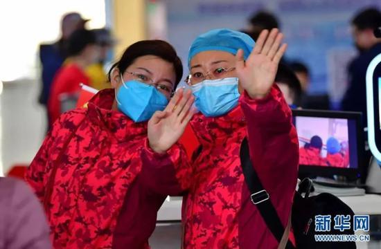 (2月9日,山西省第四批支援湖北医疗队的队员和亲友告别。 新华社记者 曹阳 摄)