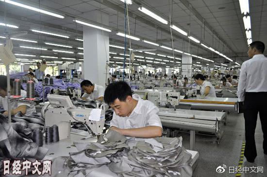 """运营休闲服装连锁店""""优衣库""""的迅销正在进一步将生产从中国转移至工资低廉的东南亚"""