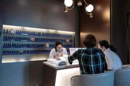 香港一家海底撈餐廳內等位的顧客享受美甲服務