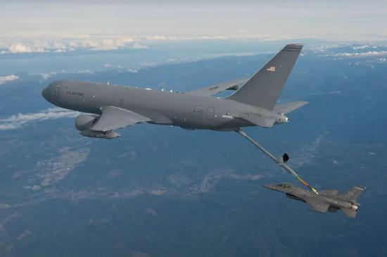 ▲美空軍KC-46A加油機爲F-16戰機空中加油。