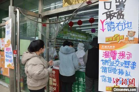 资料图:疫情高峰期,民众排队购买口罩。刘文华 摄