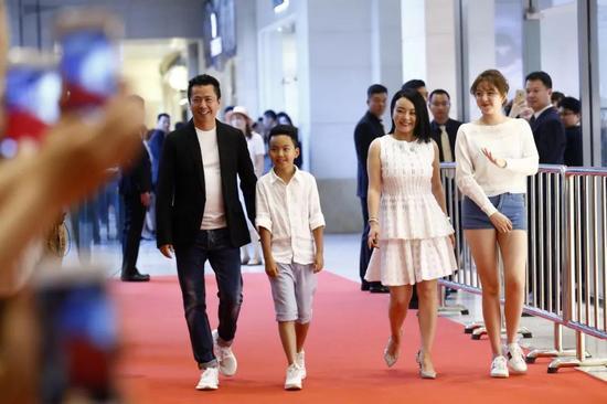 王中磊携儿子王元也、妻子王晓蓉、女儿王文也出席活动。来源:视觉中国