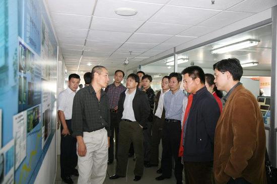 2008年时,国家烟草专卖局科技司司长参观华大,汪建陪同