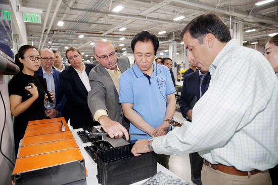 FF全球高级产品副总裁Nick Sampson(原特斯拉model S研发负责人,右三), FF动力管理和充电系统总监JT Guerin(右一)介绍FF电池成组技术和电池单体