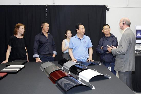 FF全球高级产品副总裁Nick Sampson(原特斯拉model S研发负责人,右一)与FF设计负责人Ron Polonski(原特斯拉和福特汽车设计师,左二)介绍FF产品内外饰材质和设计理念
