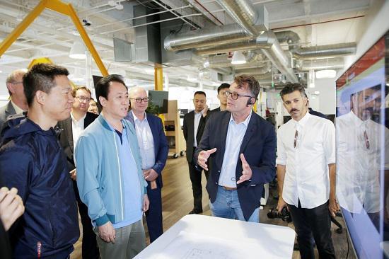 FF全球生产制造高级副总裁Dag Reckhorn(原特斯拉生产制造主要负责人,右二)介绍FF生产计划