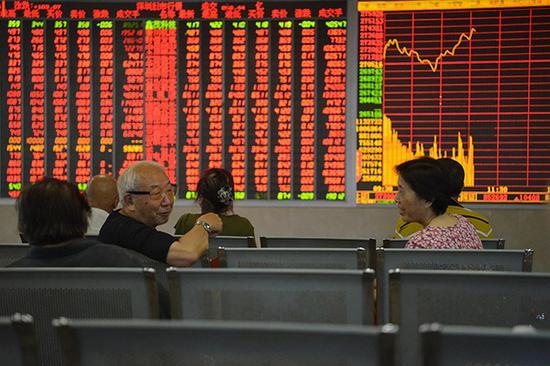 2018-08-17,四川成都某证券营业部内的股民关注大盘走势。