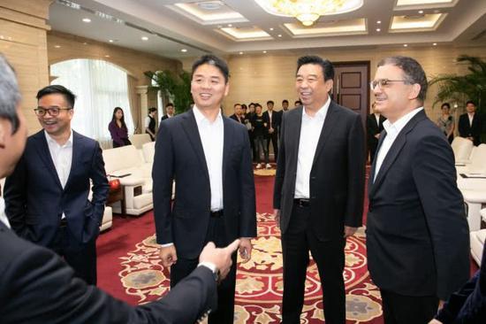 左二为京东集团董事局主席兼CEO刘强东,右二为如意控股集团董事局主席邱亚夫