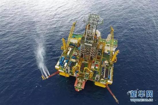 """▲在南海神狐海域进行天然气水合物试采作业的""""蓝鲸一号""""钻探平台(新华社)"""