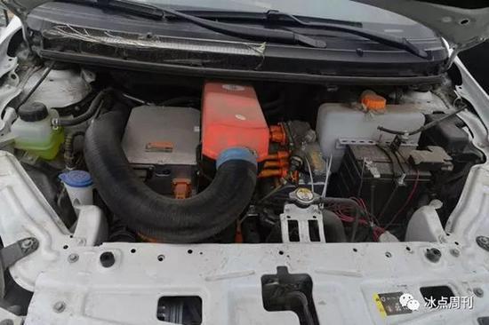 柴油暖风机几乎占了纯电动车发动机舱三分之一的面积。魏晞摄