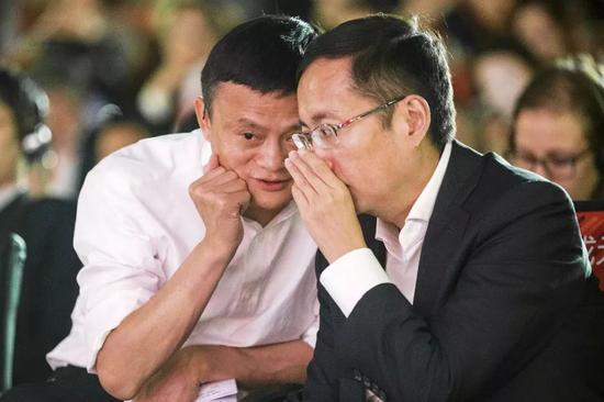 马云与张勇交谈