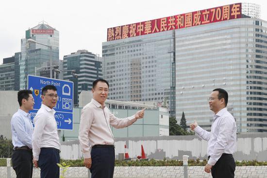 恒大香港总部打出标语献礼新中国 许家印现场检查