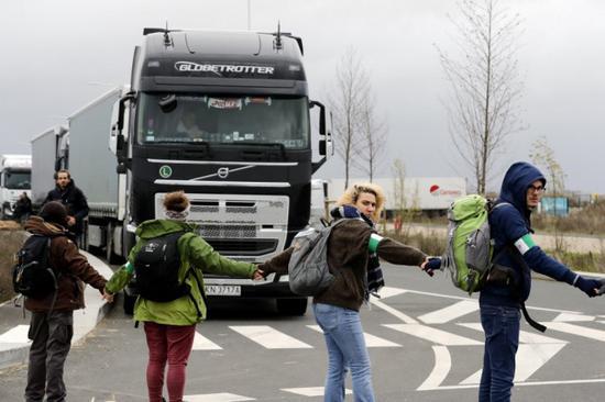 法国环保人士亚马逊仓库外抗议 称黑五带来环境问题
