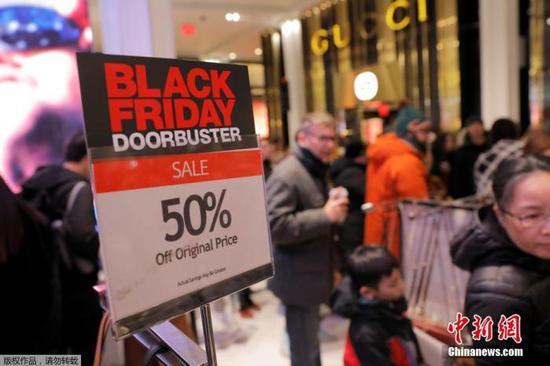 """當地時間2019年11月28日,一年一度的""""黑色星期五""""促銷日即將到來,美國紐約大批民衆購物趕至梅西百貨開啓""""買買買""""時刻。"""