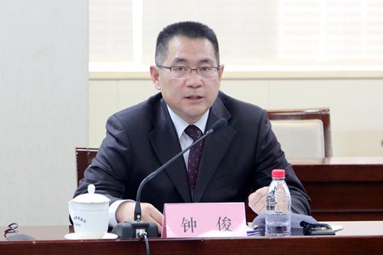 西藏银保监局党委委员、副局长钟俊