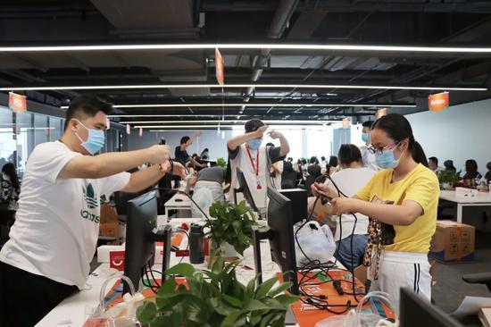 小米员工入驻武汉总部新大楼。