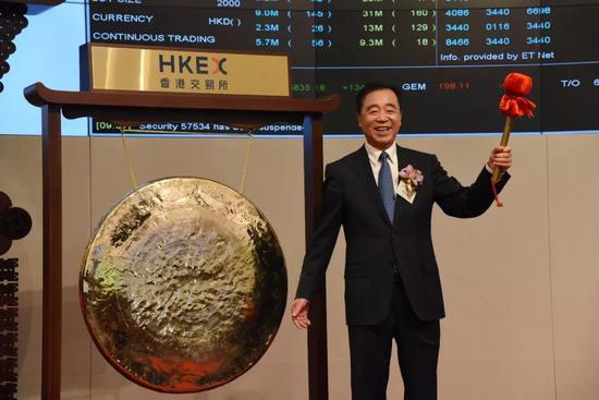 中国铁塔董事长兼总经理佟吉禄庆祝上市成功.来源:视觉中国