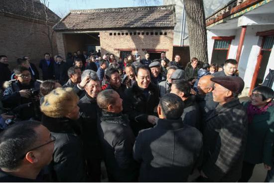 许家印回到周口市太康县高贤乡聚台岗村,家乡父老见到他格表亲昵。