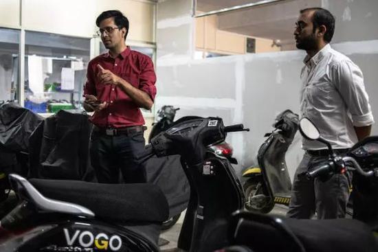 Vogo 的首席�探��^�F�城行官(左)阿南德·艾��杜拉