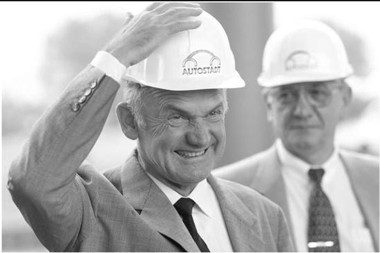 图:2000年,皮耶希参与群众汽车乡(Autostadt)停业仪式