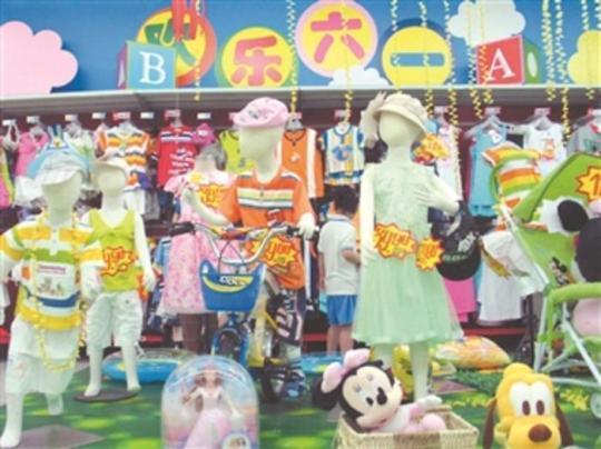 """北京一商场""""欢乐六一""""儿童用品区展示的各式童装。南山 摄/视觉中国"""