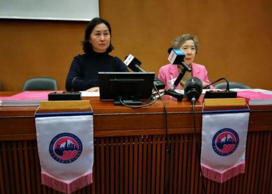 何超琼(左)和伍淑清在会议前接受媒体联合采访。