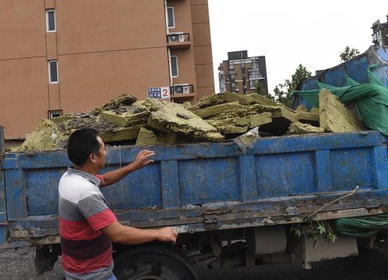 散落在小区里的保温材料被清理走。新京报记者 吴宁 摄