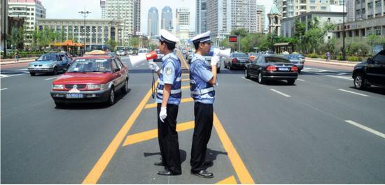 哈爾濱市街頭執勤的交警。圖/視覺中國