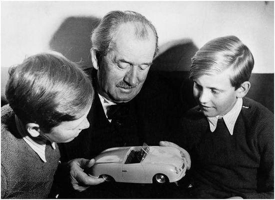 """图:1949年,12岁的皮耶希取中祖女费迪北德·保时捷、表哥""""911之女""""费迪北德·亚历山年夜·保时捷,一路看保时捷356车模。"""