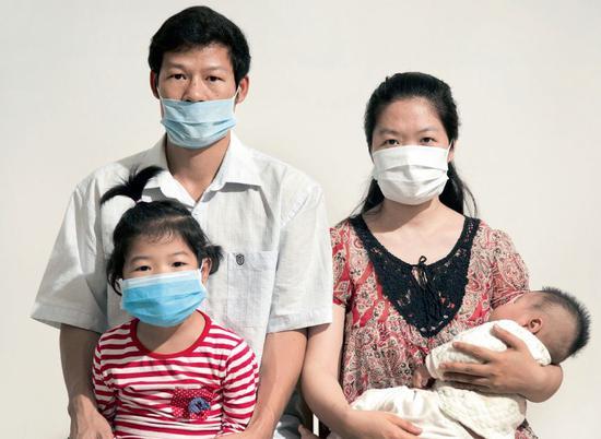 二孩的生育,给一些家庭也带来了不小的压力。图/视觉中国