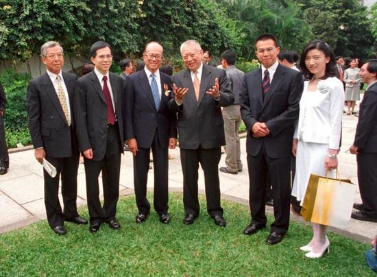 香港礼宾府2001年度勋衔颁授典礼上,(左二至右)李泽钜、李嘉诚、董建华、李泽楷、王富信合影留念
