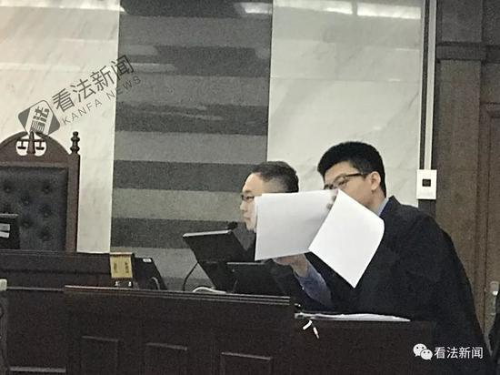 被告代理人出示尾灯设计图,证明有缝隙。 摄/记者 周蔚