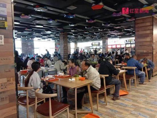 每到饭时,曾经涉事的小吃城内挤满了人