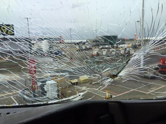 2015年,美国航空199航班飞行过程中除霜系统出现短路,将风挡玻璃烤炸