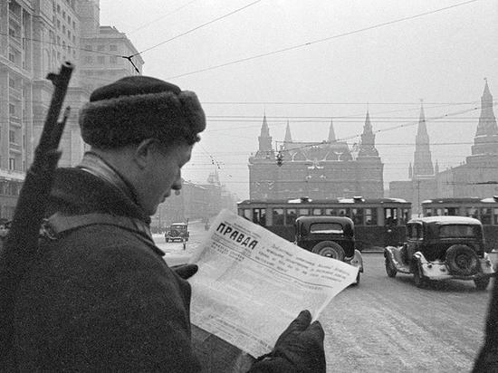 1941年,在莫斯科街头阅读《真理报》的男性读者