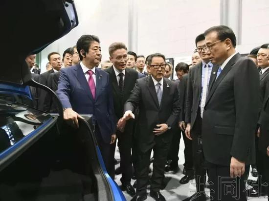 """李总理看的车是丰田汽车的氢燃料电池轿车Mirai(日文""""未来""""之意)"""
