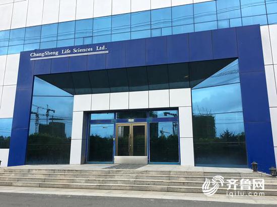 长生生物厂区内的厂房车间,大门处于关闭状态。齐鲁网记者 张伟 摄