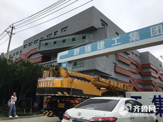7月25日中午,长生生物厂区南门西侧在建的第四期项目,有施工车辆驶入。齐鲁网记者 张伟 摄