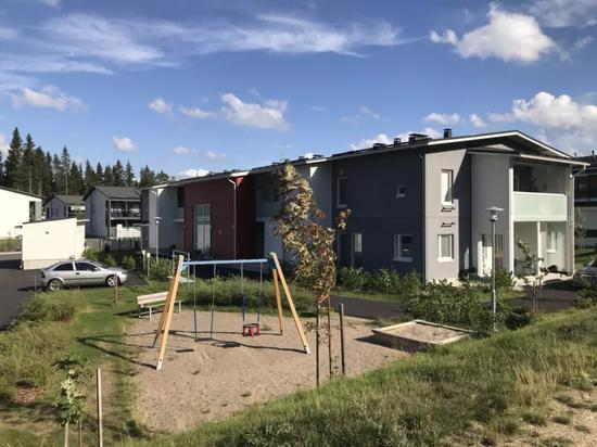 芬兰住宅区楼下的游乐设施,整个小区内有十多处这样的设施