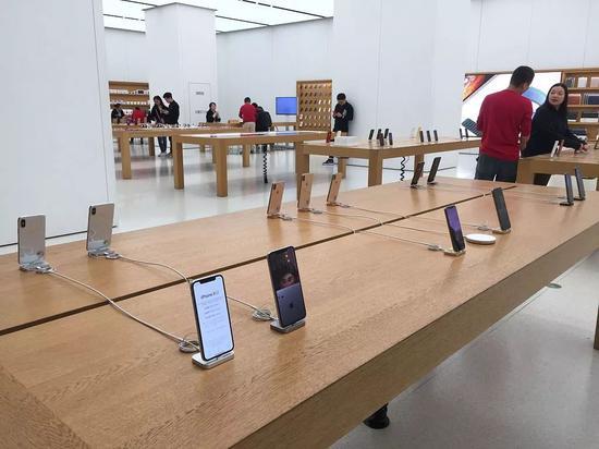 2018年12月11日,福州,位于东泰禾广场的苹果旗舰店,苹果手机销售未见影响,客人在正常购买手机。   来源 | 视觉中国
