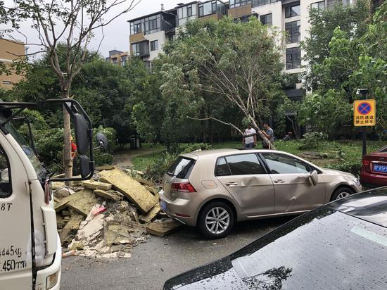 小区里以及旁边另一小区内数十辆车被砸。新京报记者 吴宁 摄