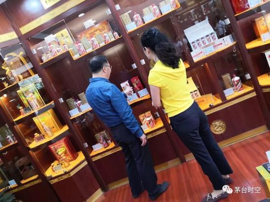 李保芳中秋暗访贵州市场 赞专卖店老板站前台卖茅台