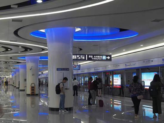 图为大兴机场线地铁入口处