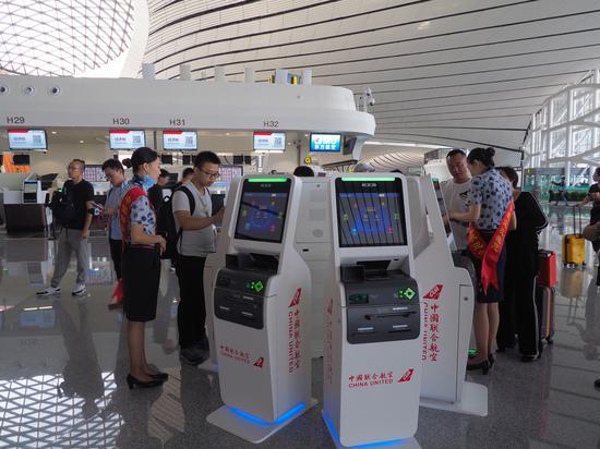 """图为大兴机场的""""网红""""人脸识别取票机"""