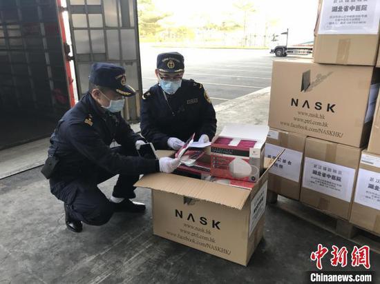 深圳湾海关检验捐赠物资。 钟欣 摄