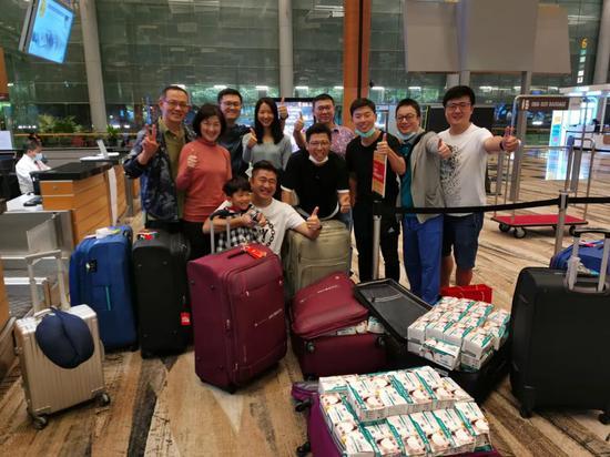 我和胡海泉在新加坡机场求人运口罩