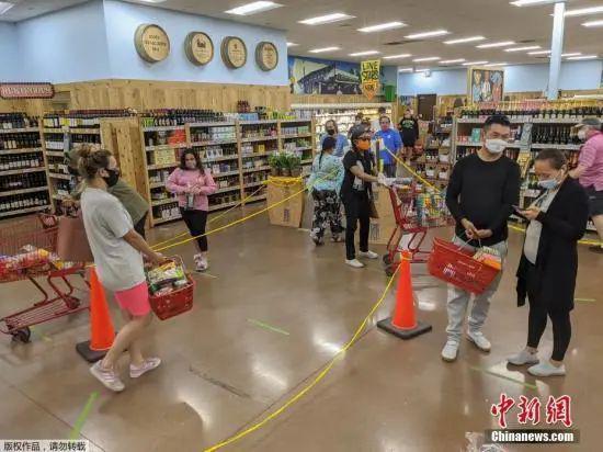 当地时间5月13日,美国洛杉矶市长加希提宣布,人们只要出门就必须戴口罩。图为当地商场内,民众佩戴口罩购物。
